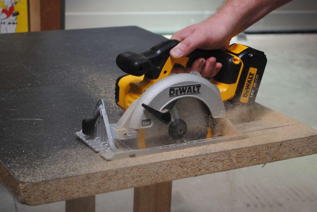 circular saw keep stopping